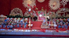 Διακόσμηση Χριστουγέννων, όμορφες σφαίρες Χριστουγέννων με τα σχέδια στην προθήκη στο κατάστημα κατά τη διάρκεια των χειμερινών δ απόθεμα βίντεο