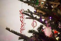 Διακόσμηση Χριστουγέννων Noel σε ένα πράσινο δέντρο στοκ εικόνες