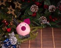 Διακόσμηση Χριστουγέννων, piggy τράπεζα στο ξύλινο υπόβαθρο, αφηρημένο υπόβαθρο στο χρόνο να αρχίσει στην αποταμίευση ή τη λύση γ στοκ εικόνες