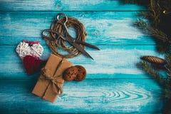 Διακόσμηση χριστουγεννιάτικου δώρου της Holly Στοκ εικόνα με δικαίωμα ελεύθερης χρήσης