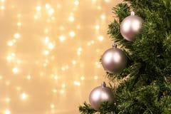 Διακόσμηση χριστουγεννιάτικων δέντρων με τα φω'τα σφαιρών Στοκ Φωτογραφία