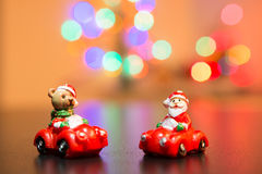 Διακόσμηση χριστουγεννιάτικων δέντρων παιχνιδιών με το υπόβαθρο των μουτζουρωμένων φω'των Στοκ Εικόνα