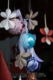Διακόσμηση χριστουγεννιάτικων δέντρων: σφαίρες γυαλιού, χέρι που χρωματίζεται Στοκ Εικόνες