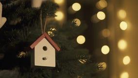 Διακόσμηση χριστουγεννιάτικων δέντρων με τα παιχνίδια απόθεμα βίντεο