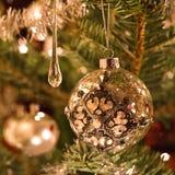 Διακόσμηση χριστουγεννιάτικων δέντρων στο ασήμι και το γυαλί στοκ φωτογραφίες με δικαίωμα ελεύθερης χρήσης