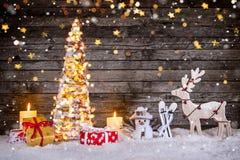 Διακόσμηση χριστουγεννιάτικων δέντρων στο ξύλινο υπόβαθρο στοκ εικόνες