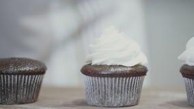 Διακόσμηση Cupcake με την άσπρη τήξη φιλμ μικρού μήκους