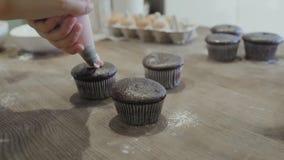 Διακόσμηση Cupcake με τη ρόδινη τήξη απόθεμα βίντεο