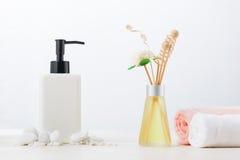 Διακόσμηση SPA Σύνθεση SPA με το καλλυντικό μπουκάλι και aromath Στοκ φωτογραφίες με δικαίωμα ελεύθερης χρήσης