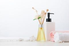 Διακόσμηση SPA Σύνθεση SPA με το καλλυντικό μπουκάλι και aromath Στοκ Φωτογραφίες