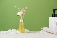 Διακόσμηση SPA Σύνθεση SPA με το καλλυντικό μπουκάλι και aromath Στοκ εικόνα με δικαίωμα ελεύθερης χρήσης