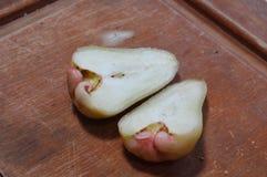 Διαμάντι της Apple που κόβεται στον ξύλινο πίνακα Στοκ Φωτογραφία