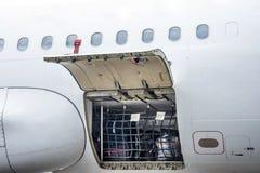 Διαμέρισμα αποσκευών και τμήμα φορτίου στο αεροπλάνο ανοικτό επιθεώρησης, με τις τσάντες και τις αποσκευές των επιβατών Στοκ εικόνα με δικαίωμα ελεύθερης χρήσης