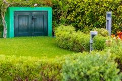 Διαμέρισμα εργαλείων κήπων με τη μικρή δίδυμη πόρτα Στοκ Φωτογραφία