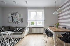 Διαμέρισμα με τον καναπέ και τον πίνακα