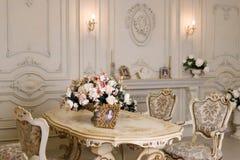 Διαμέρισμα πολυτέλειας, άνετο κλασικό καθιστικό Πολυτελές εκλεκτής ποιότητας εσωτερικό με την εστία στο αριστοκρατικό ύφος Στοκ Εικόνες