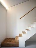 Διαμέρισμα πολυτέλειας, ξύλινη σκάλα Στοκ Φωτογραφία