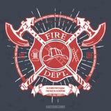 Διαμέρισμα πυρκαγιάς ετικέτα Κράνος με τη διασχισμένη γραφική παράσταση μπλουζών αξόνων διάνυσμα ελεύθερη απεικόνιση δικαιώματος