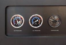 Διαμέτρημα και θερμόμετρο πίεσης πετρελαίου διαμετρημάτων πίεσης στη συμπίεση αέρα στοκ φωτογραφία με δικαίωμα ελεύθερης χρήσης