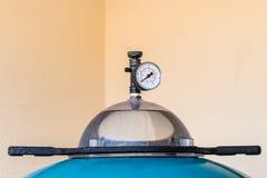 Διαμέτρημα πίεσης σε ένα φίλτρο άμμου πισινών στοκ φωτογραφίες