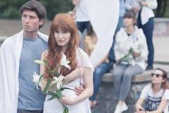 Διαμαρτυμένος γυναίκα με το λευκό lilly Στοκ Φωτογραφίες