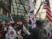 Διαμαρτυρία Κορεατών με Κορεάτη, αμερικανικές σημαίες Στοκ εικόνα με δικαίωμα ελεύθερης χρήσης