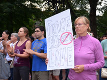 Διαμαρτυρία Charlottesville στο Αν Άρμπορ - σημάδι ειρήνης στοκ φωτογραφία με δικαίωμα ελεύθερης χρήσης