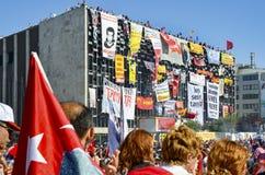 Διαμαρτυρίες πάρκων Gezi Επιδεικνύοντες στην πλατεία Taksim στοκ φωτογραφία