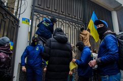 Διαμαρτυρίες των ουκρανικών πατριωτών κοντά στο γενικό προξενείο της Ρωσικής Ομοσπονδίας στην Οδησσός ενάντια στην επιθετικότητα  στοκ εικόνα