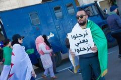Διαμαρτυρόμενοι κοντά σε ένα περιπολικό της Αστυνομίας στοκ εικόνα