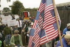 Διαμαρτυρόμενοι Μάρτιος με την αμερικανική σημαία ενάντια στον Πρόεδρο George W Μπους και ο πόλεμος του Ιράκ σε μια πολεμική αντι Στοκ εικόνα με δικαίωμα ελεύθερης χρήσης