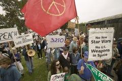 Διαμαρτυρόμενοι Μάρτιος με τη σημαία ειρήνης ενάντια στον Πρόεδρο George W Μπους και ο πόλεμος του Ιράκ σε μια πολεμική αντι-Ιράκ Στοκ Εικόνες