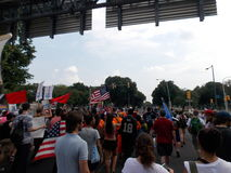 Διαμαρτυρόμενοι Μάρτιος στο δημοκρατικό εθνικό συνέδριο στοκ φωτογραφίες