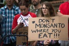 Διαμαρτυρόμενοι που συναθροίζονται στις οδούς ενάντια στην εταιρία Monsanto Στοκ εικόνα με δικαίωμα ελεύθερης χρήσης