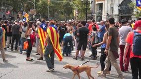 Διαμαρτυρόμενοι στη στο κέντρο της πόλης Βαρκελώνη Ισπανία απόθεμα βίντεο