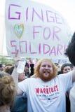 Διαμαρτυρόμενος αντι-ατού με το σημάδι αλληλεγγύης Στοκ φωτογραφία με δικαίωμα ελεύθερης χρήσης