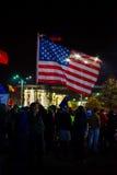 Διαμαρτυρόμενος με τη αμερικανική σημαία στο Βουκουρέστι, Ρουμανία Στοκ φωτογραφία με δικαίωμα ελεύθερης χρήσης
