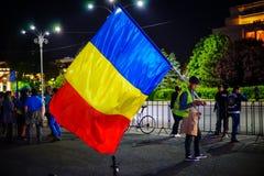 Διαμαρτυρόμενος με τη μεγάλη σημαία, Βουκουρέστι, Ρουμανία Στοκ φωτογραφία με δικαίωμα ελεύθερης χρήσης