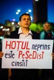 Διαμαρτυρόμενος με το μήνυμα, Βουκουρέστι, Ρουμανία Στοκ Φωτογραφία