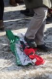 Διαμαρτυρόμενος που περπατεί στην τρέχουσα ιρανική σημαία στο Τορόντο, Καναδάς Στοκ φωτογραφίες με δικαίωμα ελεύθερης χρήσης