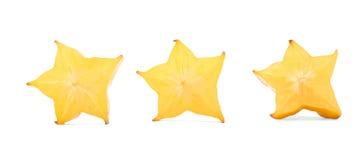 Διαμορφωμένα αστέρι κομμάτια για τα θερινά κοκτέιλ Διακοσμητικά φρούτα carambola περικοπών, που απομονώνονται σε ένα άσπρο υπόβαθ στοκ εικόνες