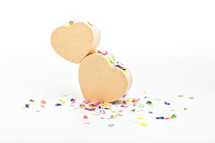 Διαμορφωμένα καρδιά κιβώτια δώρων με το χρωματισμένο κομφετί Στοκ φωτογραφίες με δικαίωμα ελεύθερης χρήσης