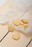Διαμορφωμένα καρδιά μπισκότα βαλεντίνων κουλουρακιών στοκ φωτογραφίες