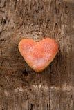 Διαμορφωμένα καρδιά μπισκότα σε ένα ξύλινο υπόβαθρο Στοκ Εικόνες