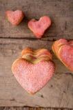 Διαμορφωμένα καρδιά μπισκότα σε ένα ξύλινο υπόβαθρο Στοκ φωτογραφία με δικαίωμα ελεύθερης χρήσης