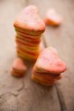 Διαμορφωμένα καρδιά μπισκότα σε ένα ξύλινο υπόβαθρο Στοκ Φωτογραφίες