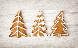 Διαμορφωμένα μπισκότα μελοψωμάτων χριστουγεννιάτικων δέντρων, Yuletide, εύθυμο Chri στοκ φωτογραφίες