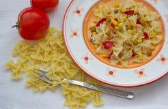 Διαμορφωμένα πεταλούδα ζυμαρικά με τα λαχανικά Στοκ Φωτογραφίες