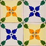 Διαμορφωμένα χρωματισμένα κεραμίδια στο σύμβολο σπιτιών της Λισσαβώνας Ευρωπαϊκός αυθεντικός ο τοίχος του άσπρου τούβλου Υπόβαθρο Στοκ φωτογραφία με δικαίωμα ελεύθερης χρήσης