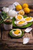 Διαμορφωμένες αυγό φωλιές μαρέγκας με τη στάρπη λεμονιών παραδοσιακές ζύμες Πάσχας στοκ φωτογραφίες